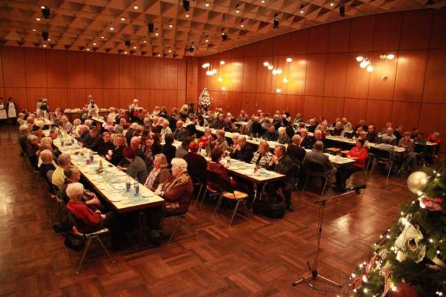 Mitglieder im großen Bürgerhaus-Saal.