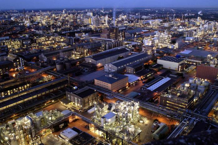 Stammwerk der BASF Gruppe Ludwigshafen. Das Herz der BASF-Gruppe ist die BASF SE mit ihrem Stammwerk in Ludwigshafen am Rhein. Mit über 200 chemischen Produktionsbetrieben, vielen hundert Labors, Technika, Werkstätten und Büros ist es der größte zusammenhängende Industriekomplex Europas. Auf einem Areal von über zehn Quadratkilometern sind rund 33.000 Mitarbeiter mit der Entwicklung, Erprobung, Herstellung und dem Verkauf von mehreren tausend Produkten beschäftigt. Copyright by BASF SE.