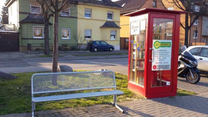 beschädigtes öffentliches Bücherregal