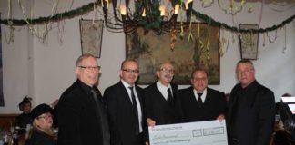 Beigeordneter Dieter Feid übergibt Spendenscheck