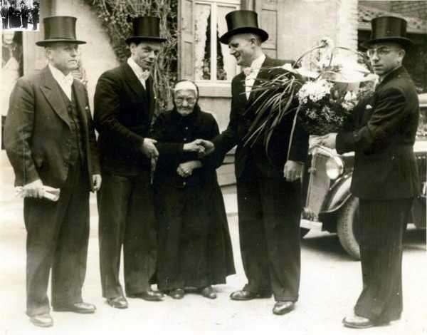 Manfred Fischer (2.v.l.) gratulierte am 9.4.1949 mit den Kerwe-Buwe Barbara Schmitt zu ihrem 100. Geburtstag.