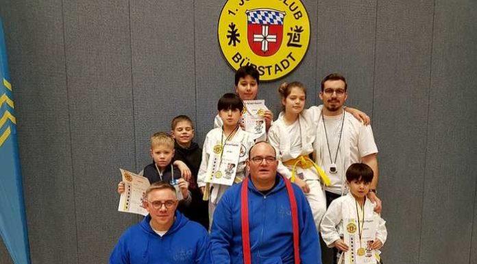 Gruppenbild mit Judoka und Betreuern
