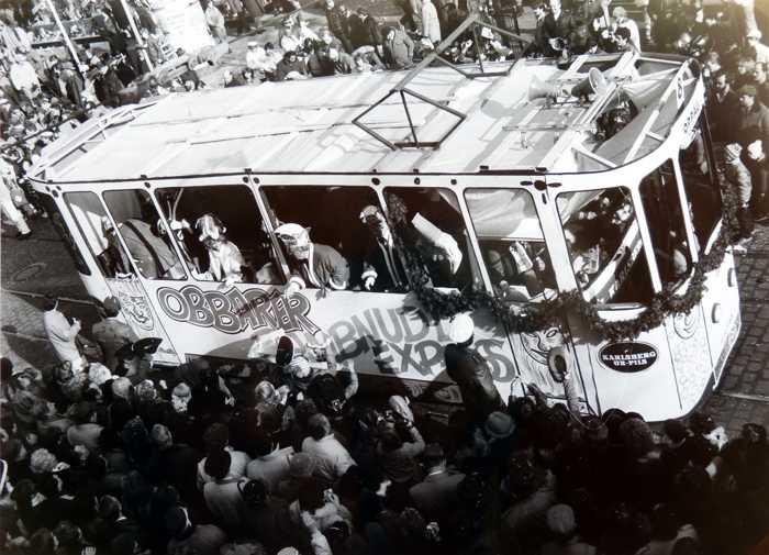 4.3.1984. Obbarer Dambnudel-Express mit der Linie 8 beim Fasnachtszug in Ludwigshafen, Bahnhofstraße . Beginn der närrischen Straßenbahn.