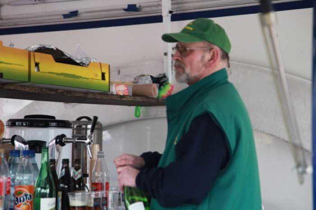 Horst Fischer am Getränkeausschank
