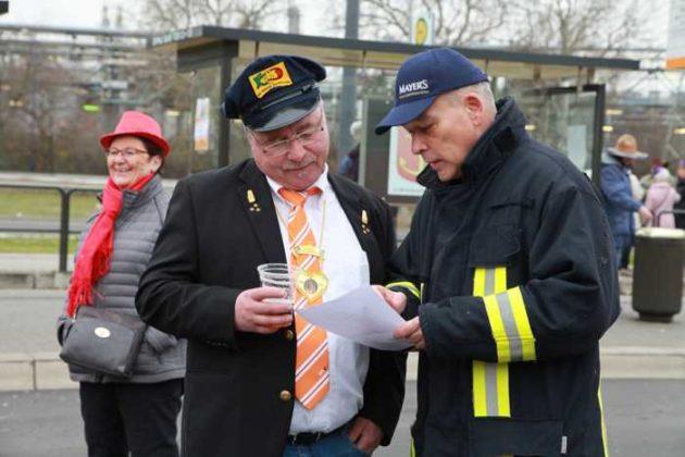 Uwe Geissendörfer, KOD und Frank Mayer von Mayer-Bräu stimmen Einsatzplan ab.
