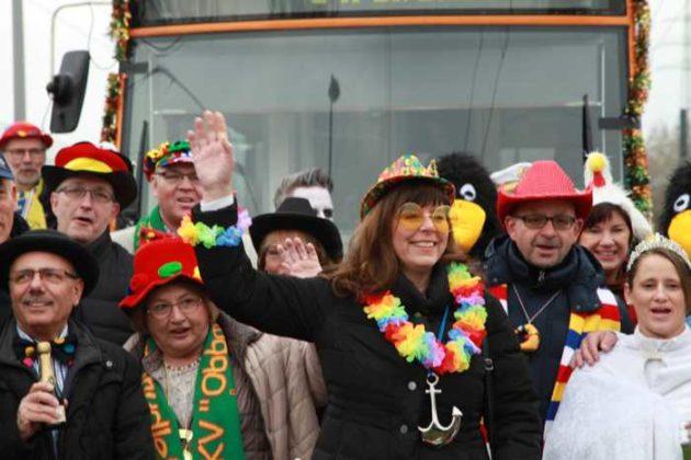 Gruppenfoto mit OB Jutta Steinruck vor der Zugabfahrt