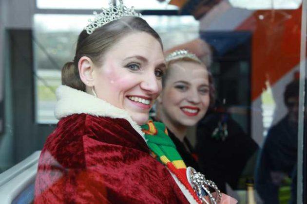 KOD-Prinzessin Corinna I. mit Begleitung vor der Zugabfahrt.