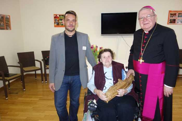 vl. Thomas Fritsche, Emmi Willersinn mit Madonna und Weihbischof Otto Georgens, Speyer