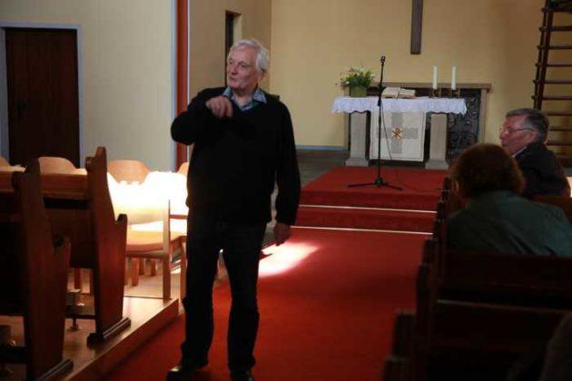 Arno Erhard erzählt aus der Geschichte der Auferstehungskirche.