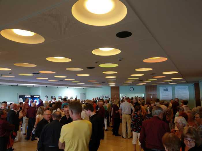 Kurze Pause - Das Publikum stärkt sich im Foyer