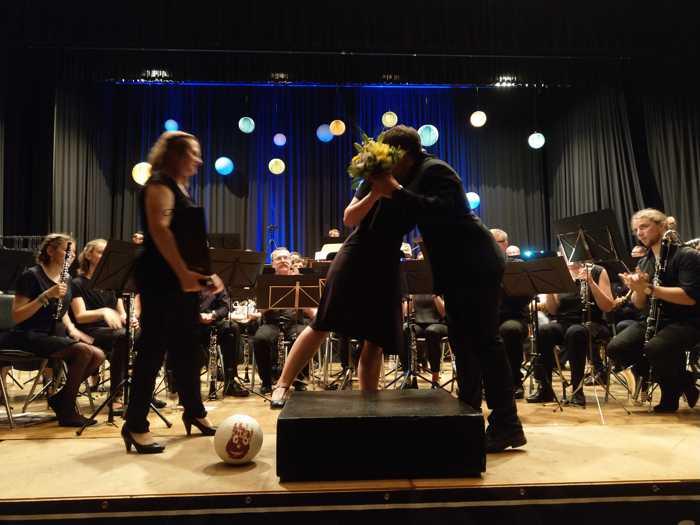 Die Musiker bedanken sich beim Dirigenten mit einem Blumenstrauß
