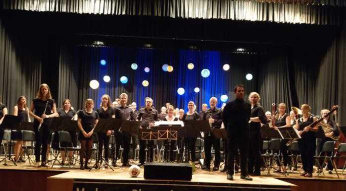 Das Orchester mit Dirigent Dominique Civilotti beim minutenlangen Schlußapplaus