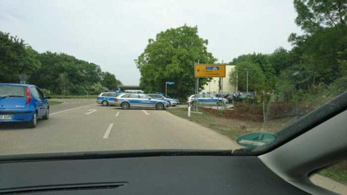 Zufahrt zum Asylbewerberheim ist mit mehreren Streifenwagen versperrt (Quelle: P.V.)