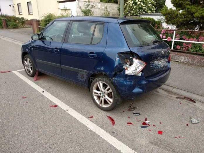 Der stark beschädigte PKW. Der Unfallverursacher beging Fahrerflucht mit harten Konsequenzen