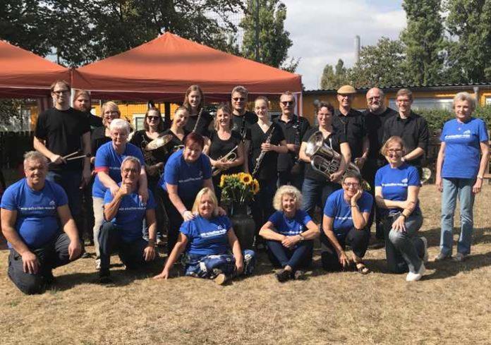 """Die ehrenamtliche Helfer und das MBO-Ensemble trugen gemeinsam zu einem gelungenen Seniorentreff bei. Getreu dem Freiwilligentag – Motto """"Wir schaffen was!"""""""