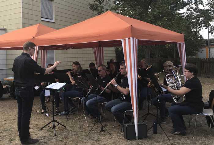 Da die Septembersonne lockte, wurde der Auftritt des MBO-Ensembles unter der Leitung von Lucas Weinspach spontan nach draußen verlegt
