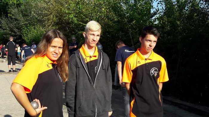 Die Juniors Hannah, Mike und Nico haben mit 2 gewonnenen Spielen das B- Turnier erreicht.