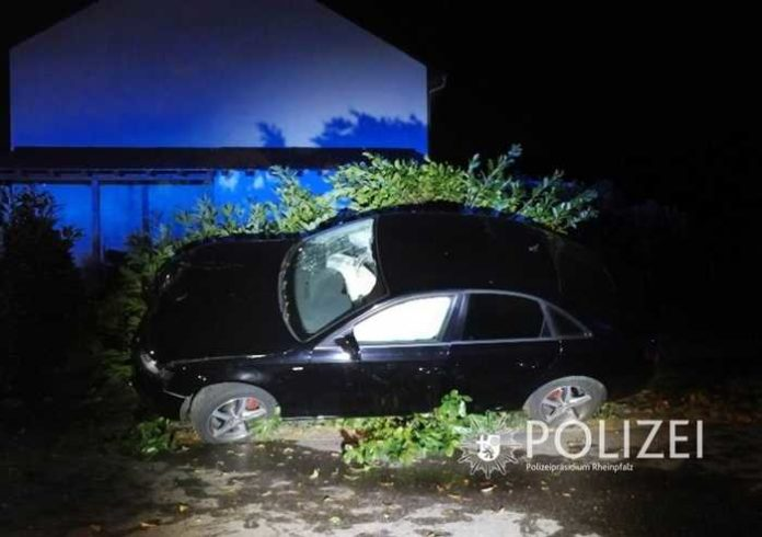 Das Auto in der Schräglage - Die Polizei ermittelt derzeit die Ursache