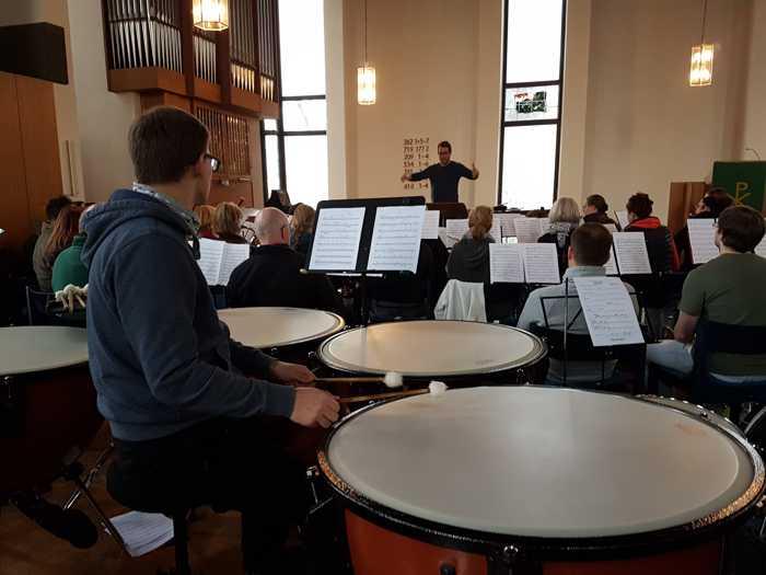 Mit Pauken und Trompeten … das MBO übt unter der Leitung von Dirigent Civilotti mit großer Orchestrierung für das Adventkonzert am Sonntag 2.Dezember - Foto: Sabine Köstlmaier