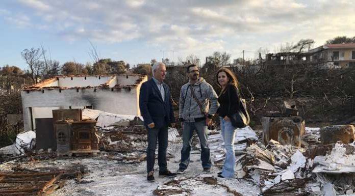 Opfer der Brandkatastrophe vor den Trümmern
