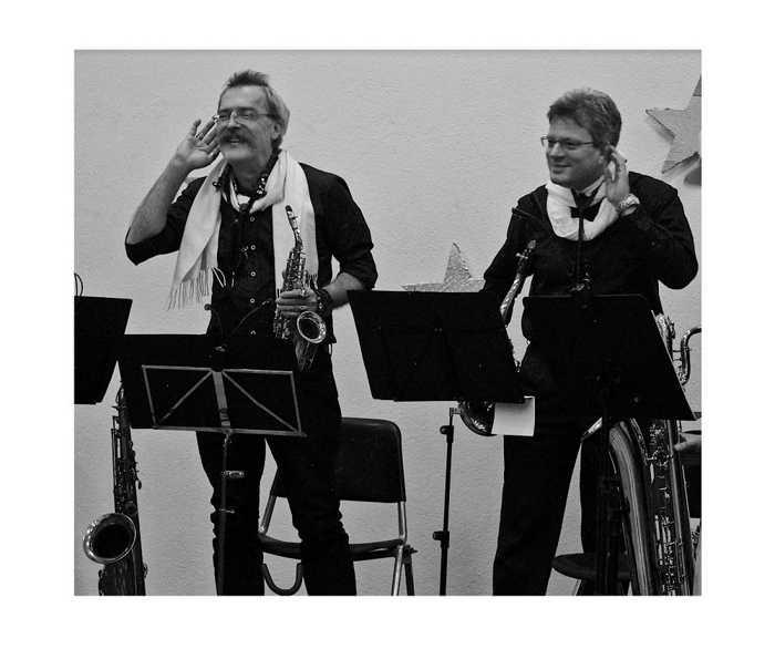 """Die beiden MBO-Klarinettisten spielen Saxophon in der Formation """"4plus1"""" und erhören die Forderung nach einer Zugabe auf der MBO-Adventsfeier - Foto: Sabine Köstlmaier"""