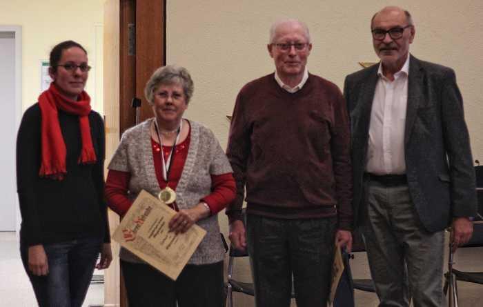 Beide Vorsitzende des Vereins (l. Maren Berger, r. Hans Koch) gratulieren Waltraut Pfeiffer (2.v.l.) zu 50Jahren und Walter Klehr (3.v.l-) zu 60.Jahren Vereinsmitgliedschaft. Nicht abgebildet: Jutta Riedel wurde später noch für 40 Jahre Vereinstreue geehrt. - Foto: Sabine Köstlmaier