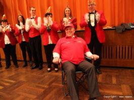 """Die Fastnachter brachten Udo Scheuermann gleich einen Stuhl für seinen zweitweiligen """"Ruhestand"""" mit. Er genoß es sichtlich"""