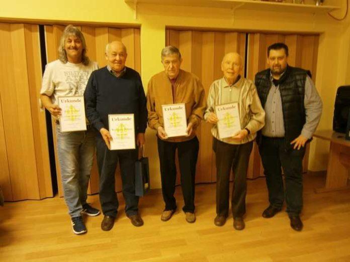 Die Jubilare (von links): Horst Mempel, Wolfgang Behres, Volker Meier, Alfons Schwaderlapp, 1. Vorsitzender Christian Hettinger