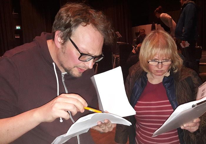 Komponist Linsenmeier bespricht Details der Partitur mit einer Musikerin (Foto: MBO)