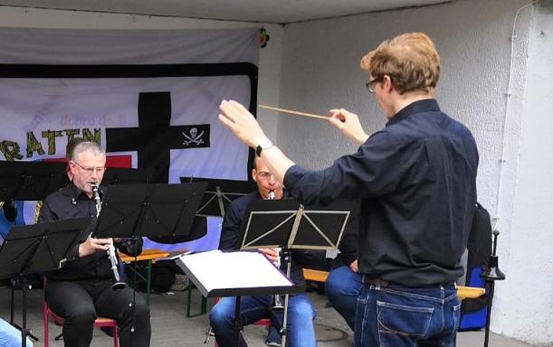 Unter der Anleitung des erfahrenen Dirigenten Lucas Weinspach meisterte das MBO-Ensemble seinen ersten Auftritt auf dem Kinderfest der BIL Bild: MBO