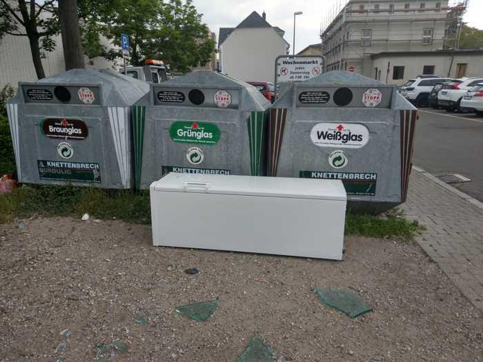 Dreist und rücksichtslos - Dieser Schrank wurde einfach auf dem Platz vor den Altglascontainern am Bürgerhaus Oppau entsorgt