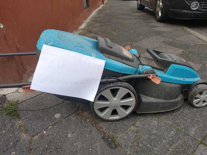 Auf dem Zettel steht: Zu verschenken - Trotzallem ist das rücksichtslos - Seinen Müll auf der Strasse abzustellen