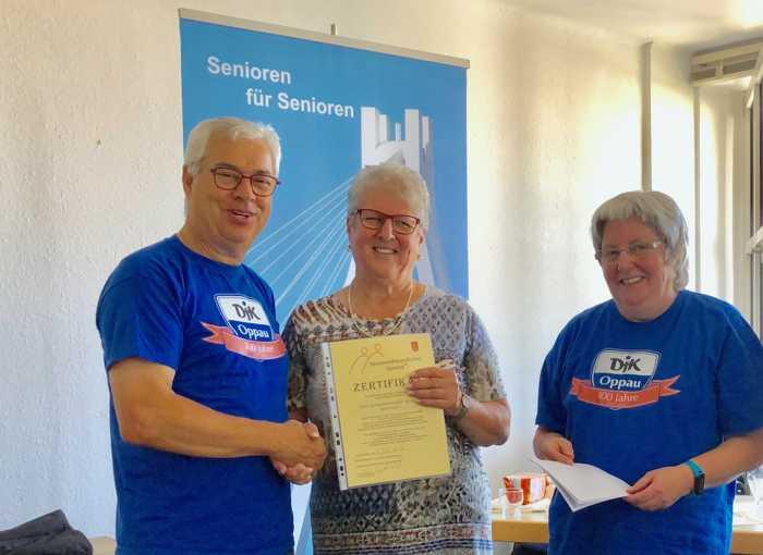 (v.l.n.r) 1. Vorsitzender der DJK-Oppau Joannis Chorosis, die Vorsitzende des Seniorenrates der Stadt Ludwigshafen und die DJK-Seniorenbeauftragte Sigrid Habel.