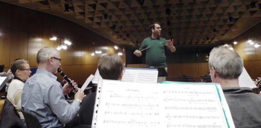 MBO probt mit seinem Dirigenten fürs Krichenkonzert 2019, Bildrechte: MBO