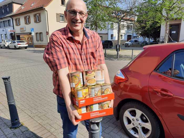 Ortsvorsteher Frank Meier bringt Spenden zur Kirche