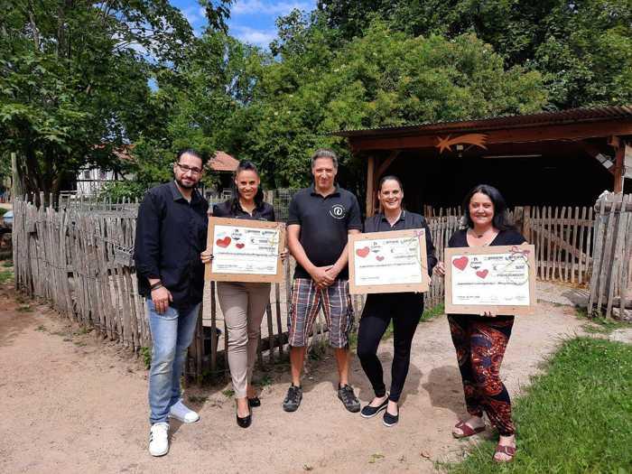 proWIN-Team Anfuso bei der Übergabe der Spendenschecks an Christian Dietz, Vorsitzender Jugendfarm (Mitte)