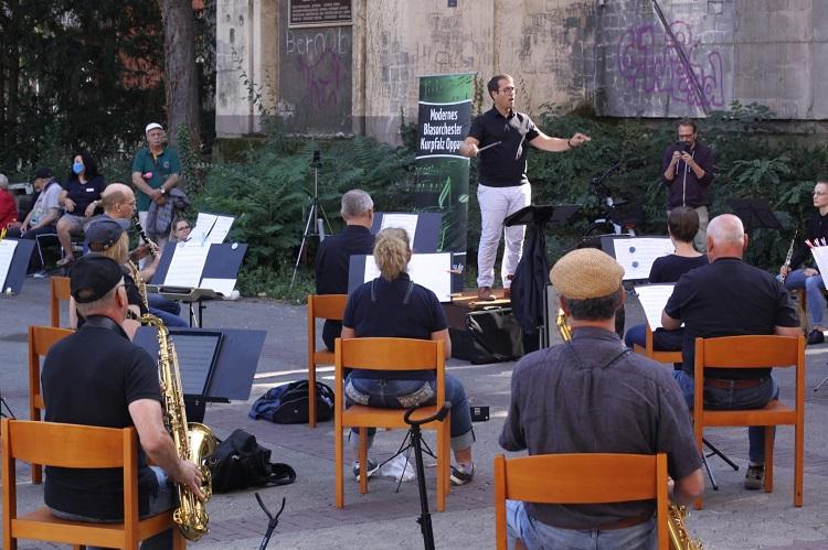 Das Moderne Blasorchester Oppau gibt ein Platzkonzert vor dem DSK-Seniorenzentrum Ludwigshafen (Bildrechte: MBO)